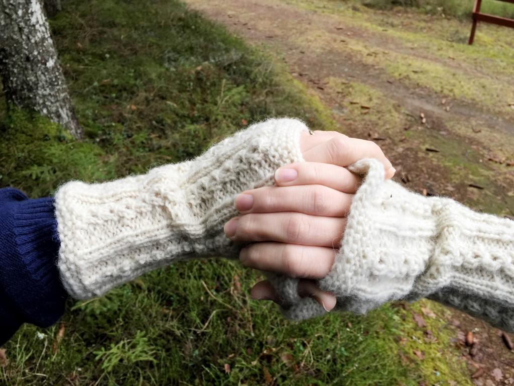 Handledsvärmarna är stickade med ull från gården.